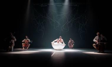 """Scena iš spektaklio """"Mano Piteris Penas"""", choreografė Agnija Šeiko. Nuotrauka iš verslofoto.lt"""
