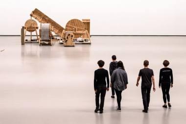 """Akimirka iš performanso """"Navigacijos"""", idėjos autorius - garso menininkas Arturas Bumšteinas. Martyno Aleksos nuotrauka"""