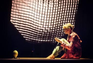 """Scena iš spektaklio """"Alisa"""", režisierius Antanas Obcarskas; Alisa - aktorė Aistė Zabotkaitė. Dmitrijaus Matvejevo nuotrauka"""