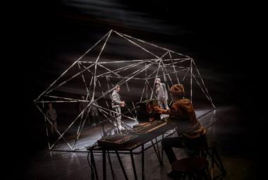 """Scena iš spektaklio """"Brilijant advenčers"""", režisierius Gediminas Rimeika (""""Meno ir mokslo laboratorija"""", 2021). Dainiaus Putino nuotrauka"""