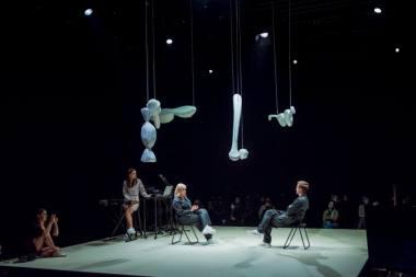 """Akimirka iš spektaklio """"Šokis objektui ir vaikui"""", idėjos autorė ir choreografė Greta Grinevičiūtė. Dainiaus Putino nuotrauka"""
