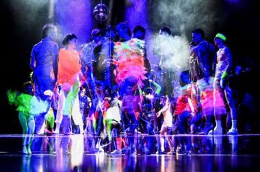"""Scena iš spektaklio """"Puikus naujas pasaulis"""", režisierius Gintaras Varnas (Valstybinis jaunimo teatras, 2021). Dmitrijaus Matvejevo nuotrauka"""