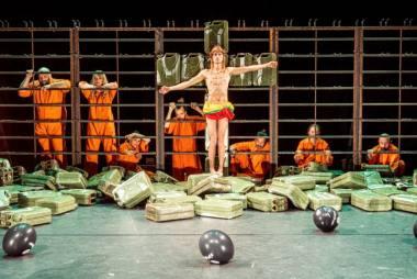 """Scena iš spektaklio """"Mūsų smurtas ir jūsų smurtas"""", režisierius Oliveris Frljićius (festivalis """"Sirenos"""", 2021). Dmitrijaus Matvejevo nuotrauka"""