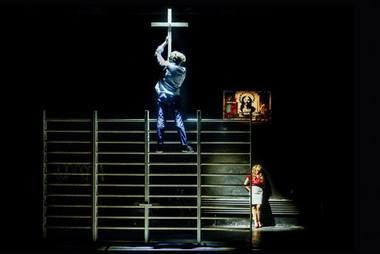 """Scena iš Oskaro Koršunovo spektaklio """"Kankinys"""". Dmitrijaus Matvejevo nuotrauka"""