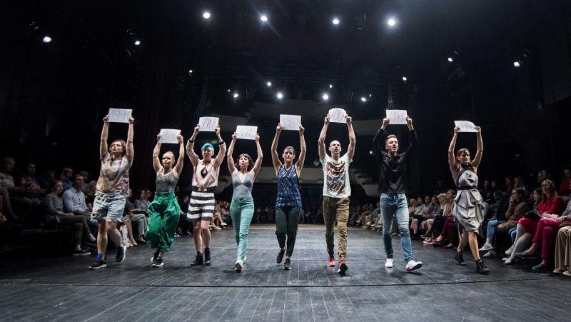 """Scena iš šokio spektaklio """"Pareiškiu – Brandir"""". Dmitrijaus Matvejevo nuotrauka"""