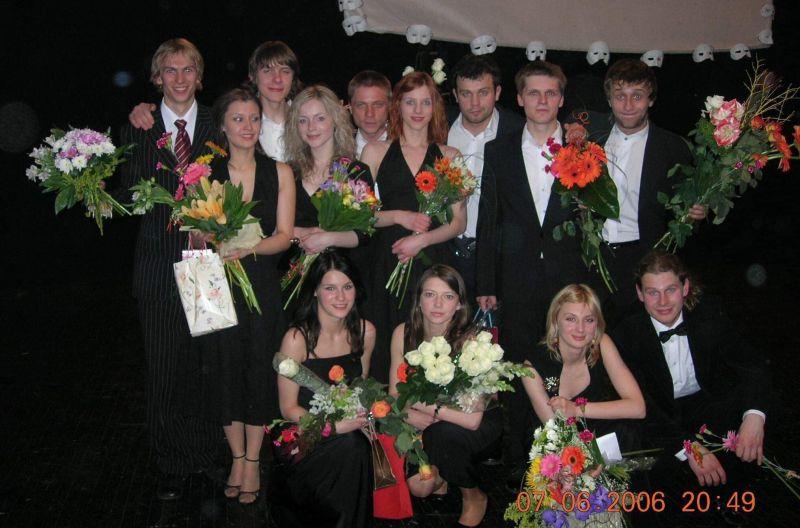 Keistuolių teatro scenoje po baigiamojo koncerto 2006 m. Teatro archyvo nuotrauka