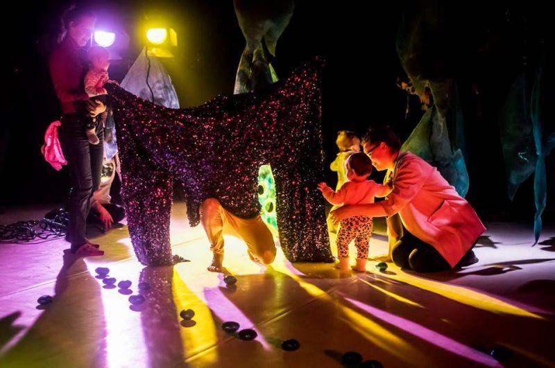 """Spektaklis-instaliacija kūdikiams """"Paslapčių sodas"""" atidarė KITOKS'19. Dmitrijaus Matvejevo nuotrauka"""
