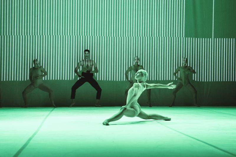"""Scena iš spektaklio """"Godos"""". Marcino Śmieszeko nuotrauka"""