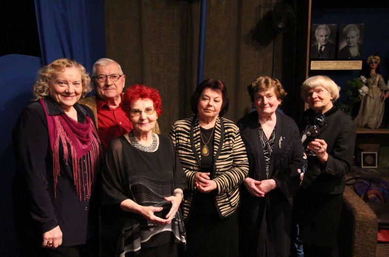 Aktoriai veteranai (iš kairės) Regina Čeponienė, Rimvydas Jurkša, Irena Stankevičienė, Elena Žekienė, Adelė Ignatavičienė, Olita Dautartaitė. KVLT archyvo nuotrauka