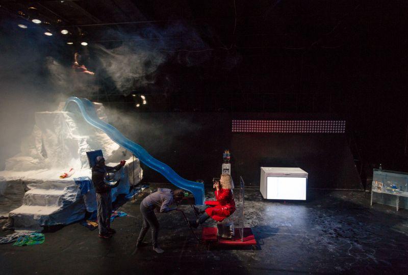 """Scena iš spektaklio """"Sniegas. Moteris. Dvikova."""". Tado Povilonio nuotrauka"""