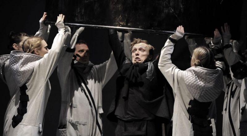 """Scena iš spektaklio """"Karalius Motiejukas pirmasis"""". A. Morcinek nuotrauka iš http://teatrlalki.opole.pl"""