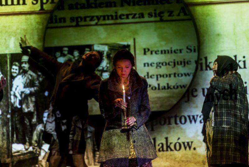 """Scena iš spektaklio """"Kas sužinos, jei tu nepapasakosi?"""". Krzysztofo Bielińskio nuotrauka"""
