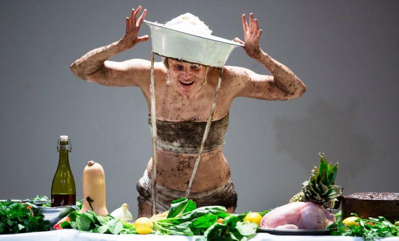 "Sacha Plaige ""Feast"". Murdo MacLeod / The Guardian nuotrauka"