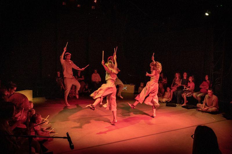"""Scena iš spektaklio-ritualo """"7 RATAI"""". Viktorijos Lankauskaitės nuotrauka"""