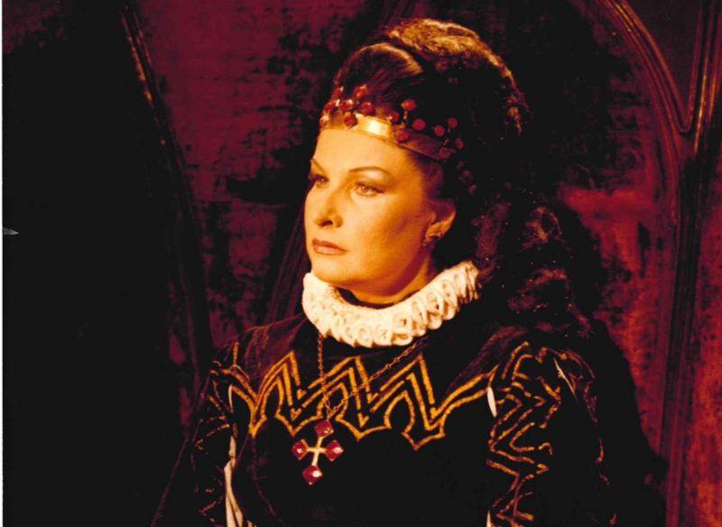 """Gražina Apanavičiūtė - Elizabetės vaidmenyje (G. Verdi """"Don Karlas"""", 1980). Nuotrauka iš LNOBT archyvo"""