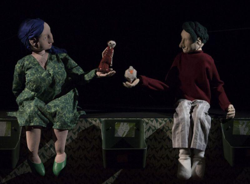 """Akimirka iš spektaklio """"Antis, Mirtis ir tulpė"""" repeticijos, režisierė Jūratė Trimakaitė. Nuotrauka iš Vilniaus teatro """"Lėlė"""" archyvo"""