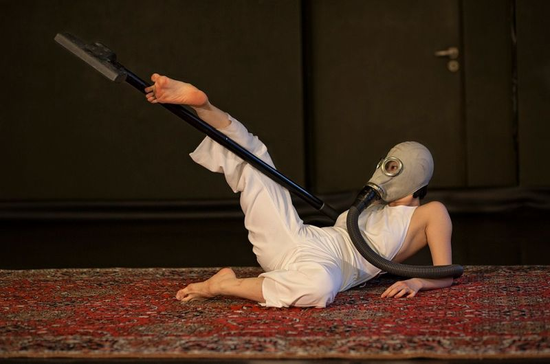 """Akimirka iš spektaklio ,,Deginanti trintis"""". Nuotrauka iš šokio teatro ,,Aura"""" archyvo"""