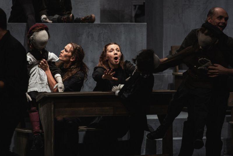 """Justina Vanžodytė, Regina Šaltenytė ir Igoris Reklaitis spektaklyje """"Mūsų klasė"""", režisierius Oskaras Koršunovas. Kemel photography nuotrauka"""