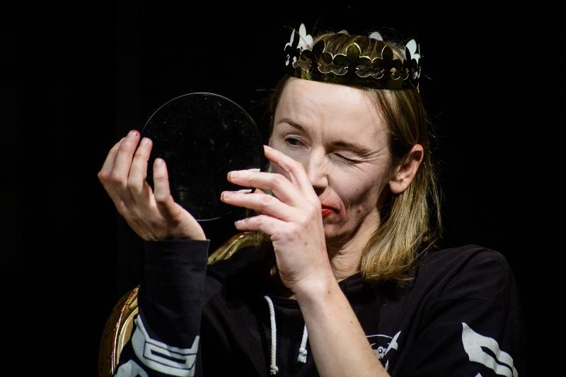 """Aktorė Viktorija Kuodytė. Scena iš spektaklio """"Autonomija"""". Lauros Vansevičienės nuotrauka"""