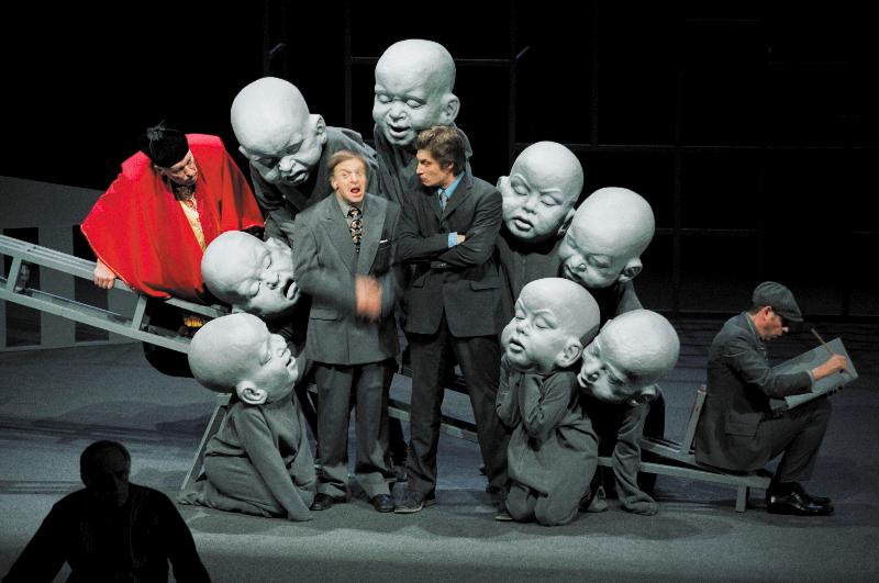 """Scena iš spektaklio """"Oidipas karalius"""", rež. Oskaras Koršunovas. Dmitrijaus Matvejevo nuotrauka"""