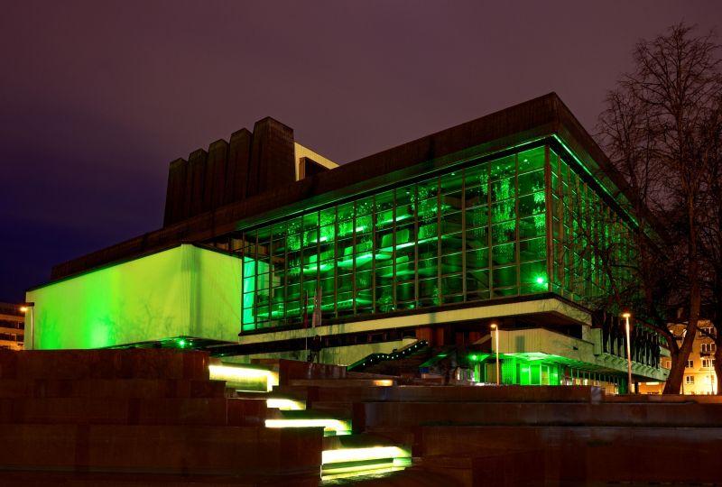 Žaliai nušvitęs LNOBT pastatas. Martyno Aleksos nuotrauka