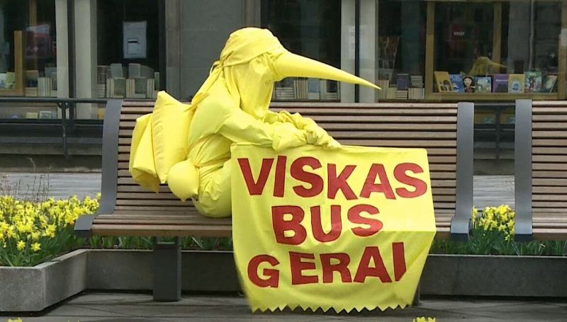 Akimirka iš menininkės Dr. GoraParasit (Gintarės Minelgaitės) performanso Kauno Laisvės alėjoje. Stop kadras iš LRT.lt