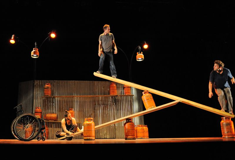 """Cirque Inextremiste"" spektaklis ""Kraštutinumai"". Bernadette Fink nuotrauka"