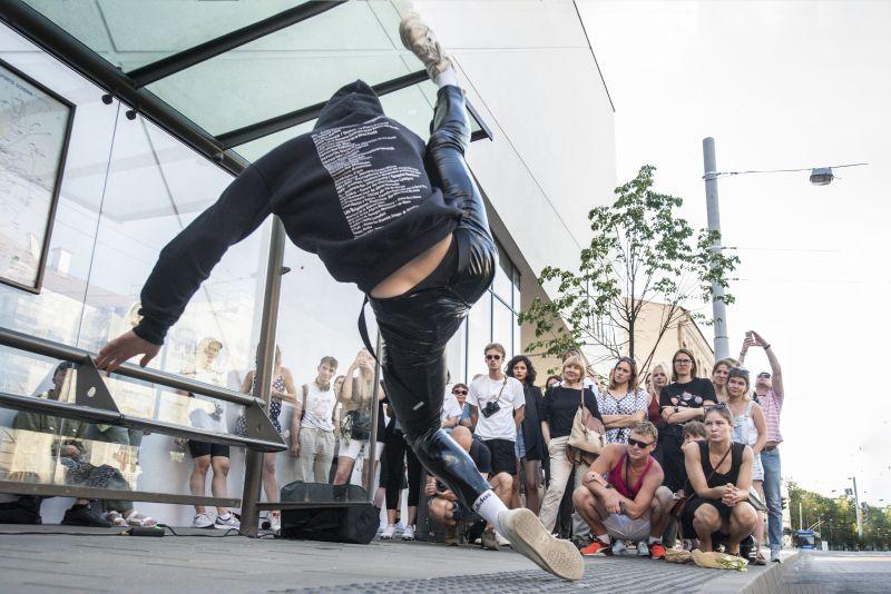 """Akimirka iš šokio spektaklio eskizo """"Theo and Patrick"""", šokėjas Lukas Karvelis. Dmitrijaus Matvejevo nuotrauka"""