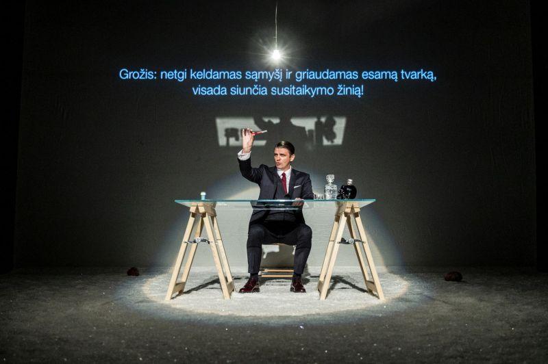 """Scena iš spektaklio """"Nakties rašytojas"""" eskizo, aktorius Martynas Nedzinskas, režisierius Janas Fabre'as. Dmitrijaus Matvejevo nuotrauka"""