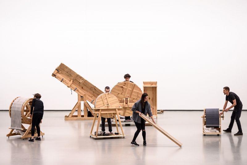 """Akimirka iš barokinio teatro triukšmų mašinų performanso """"Navigacijos"""", autorius Arturas Bumšteinas. Martyno Aleksos nuotrauka"""
