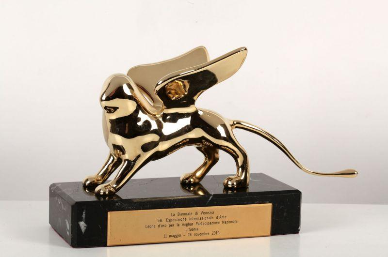 """""""Auksinis liūtas"""" - aukščiausias Venecijos bienalės apdovanojimas, skirtas Rugilei Barzdžiukaitei, Vaivai Grainytei ir Linai Lapelytei už operą-performansą """"Saulė ir jūra"""", 2019. Zenono Nekrošiaus nuotrauka"""