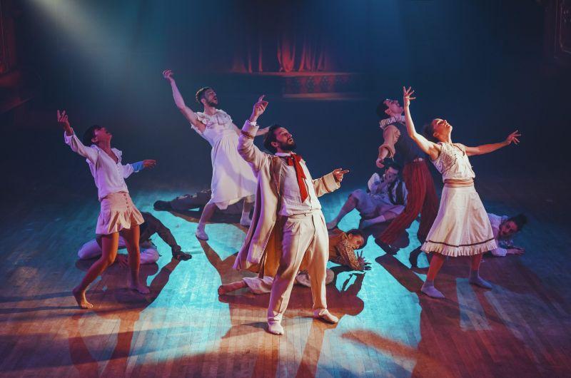 """Scena iš šokio filmo """"Klounai"""", režisierius ir choreografas Hofeshas Shechteris. Nuotrauka iš NBŠ archyvo"""