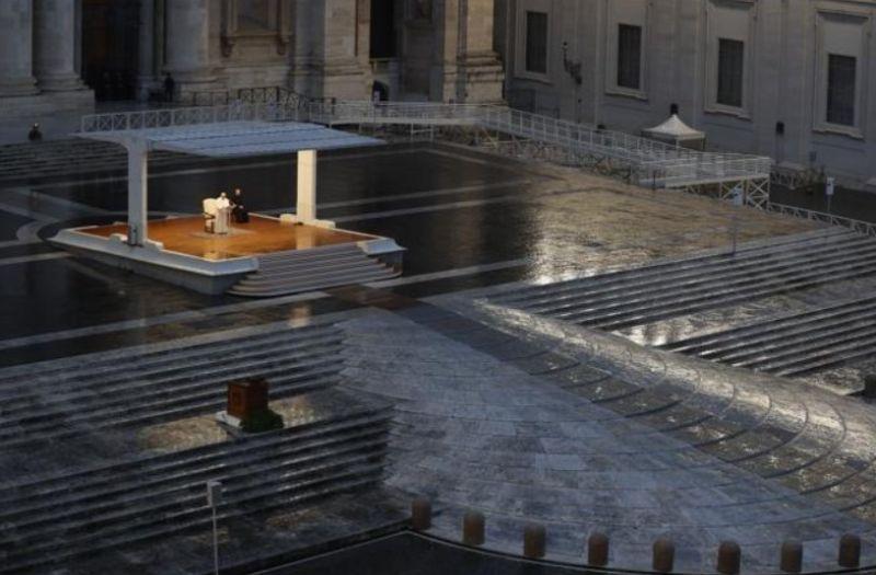 Vienišas popiežius Pranciškus tuščioje Šv. Petro aikštėje. Nuotrauka iš ravennaedintorni.it