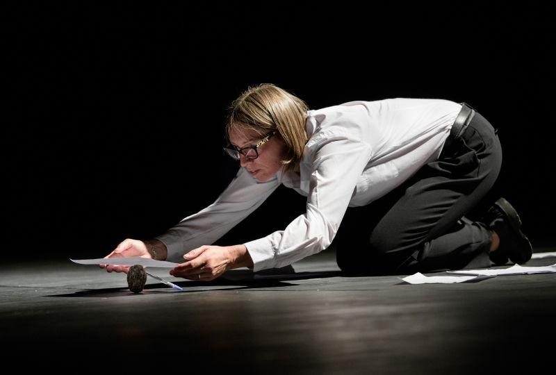 """Akimirka iš spektaklio """"Sau pačiam"""", aktorė Viktorija Kuodytė, režisierius Audronis Liuga. Lauros Vansevičienės nuotrauka"""
