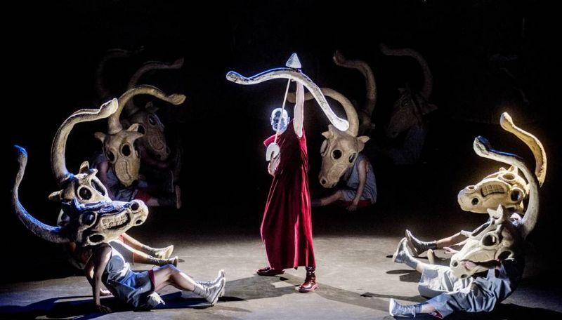 """Scena iš spektaklio """"Kaulinis Senis ant geležinio kalno"""". Dmitrijaus Matvejevo nuotrauka"""