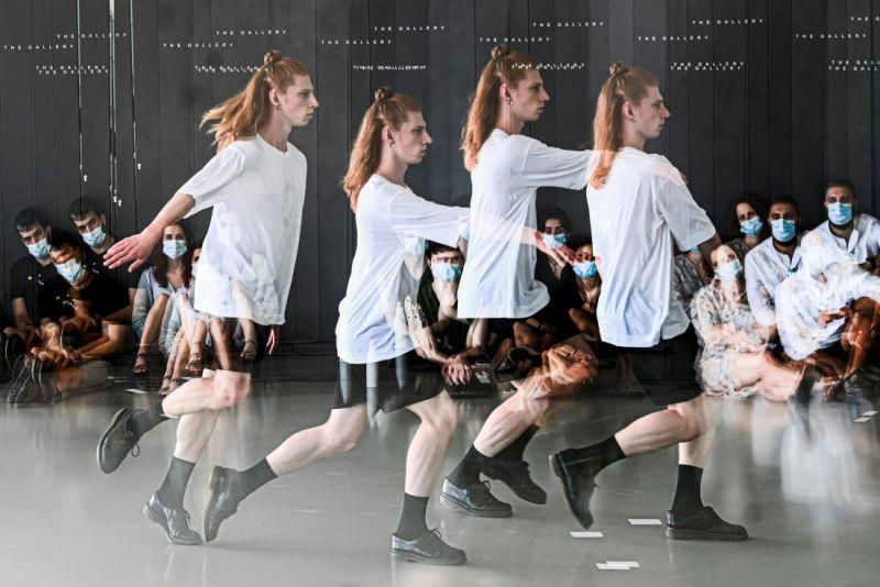 """Dovydas Strimaitis spektaklyje """"Šokių kūrimo menas"""". Dmitrijaus Matvejevo nuotrauka"""