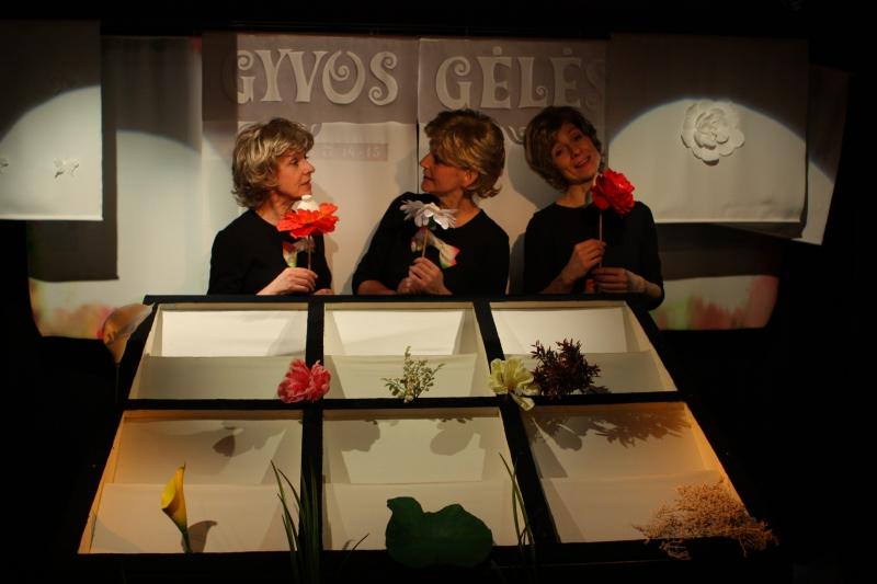 """Scena iš spektaklio """"Gėlių istorijos"""". Teatro archyvo nuotrauka"""