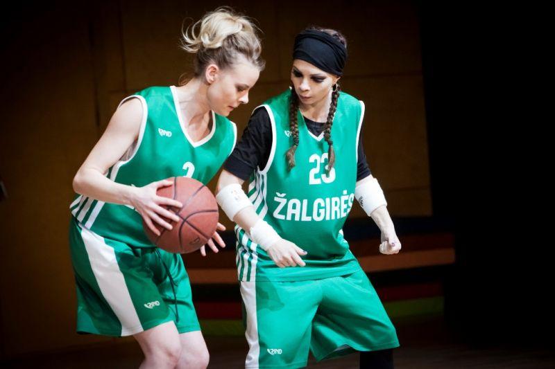 """Scena iš spektaklio """"Žalgirės"""": Asta Kilytė (Goda Petkutė) ir Sandra Fakulina (Elzė Gudavičiūtė). Donato Stankevičiaus nuotrauka"""