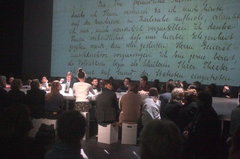 """""""Teatro atminimo akmenys"""". Su žiūrovais prie vieno stalo. Margaritos Vorobjovaitės nuotrauka"""