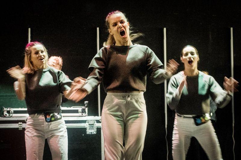 """Airida Gudaitė, Sigita Juraškaitė ir Greta Grinevičiūtė Agnietės Lisičkinaitės spektaklyje """"Z+"""". Dimitrijaus Matvejevo nuotrauka"""