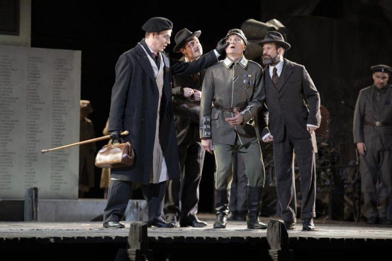 """Scena iš operos """"Vocekas"""". Suomijos nacionalinio operos teatro nuotrauka"""