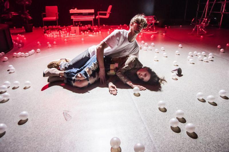 """Scena iš spektaklio """"Orfeo. Miesto šviesos"""". Dmitrijaus Matvejevo nuotrauka"""