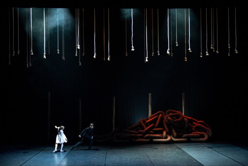 """Scena iš šokio spektaklio """"Eglė žalčių karalienė"""". Martyno Aleksos nuotrauka"""
