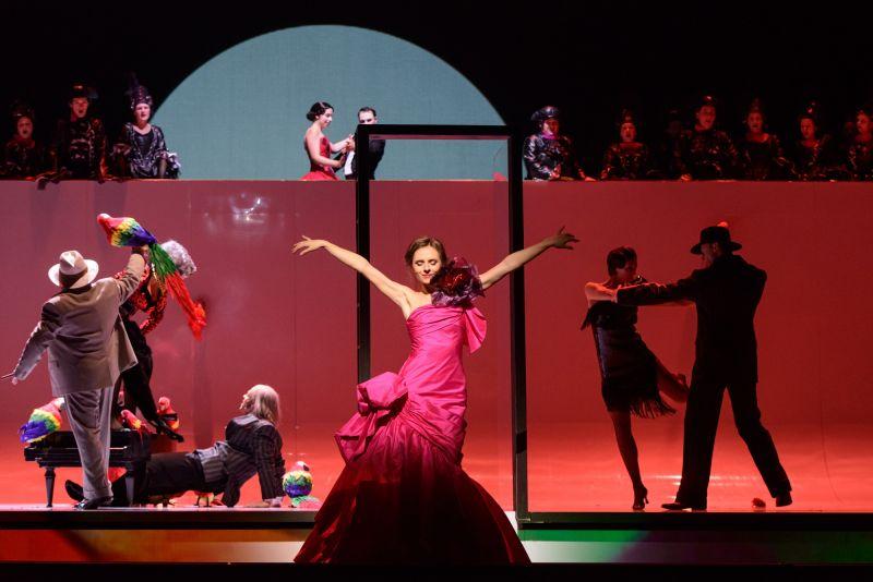 "Scena iš operetės ""Kandidas"", Kunigunda - Margarita Levchuk. Martyno Aleksos nuotrauka"