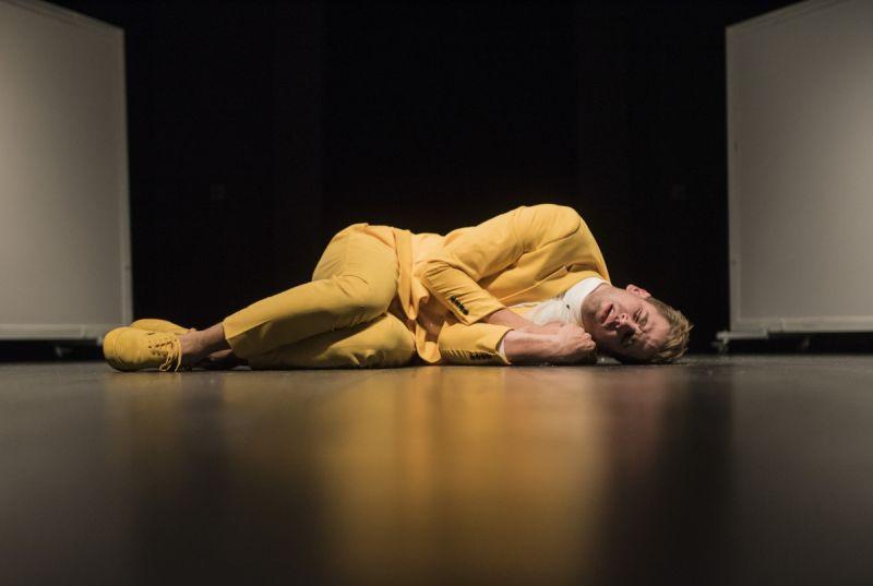 """Arnas Ašmonas spektaklyje """"Kandidas, arba Optimizmo mirtis"""". Donato Ališausko nuotrauka"""