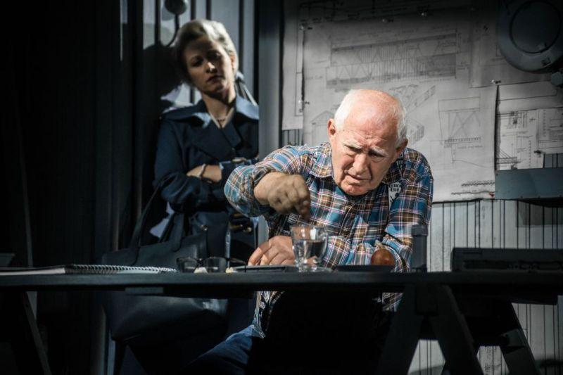"""Scena iš spektaklio """"Aš nieko neprisimenu"""", režisierius Kirilas Glušajevas. Leonora - Gintarė Latvėnaitė, Leo - Gediminas Girdvainis. Lauros Vansevičienės nuotrauka"""