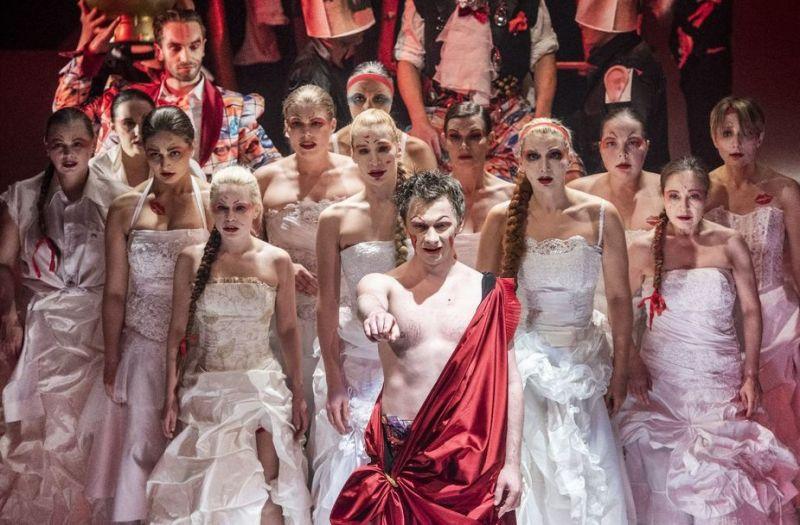 """Scena iš spektaklio """"Tryliktas apaštalas, arba Debesis kelnėse"""", režisierius Jonas Vaitkus. Dmitrijaus Matvejevo nuotrauka"""