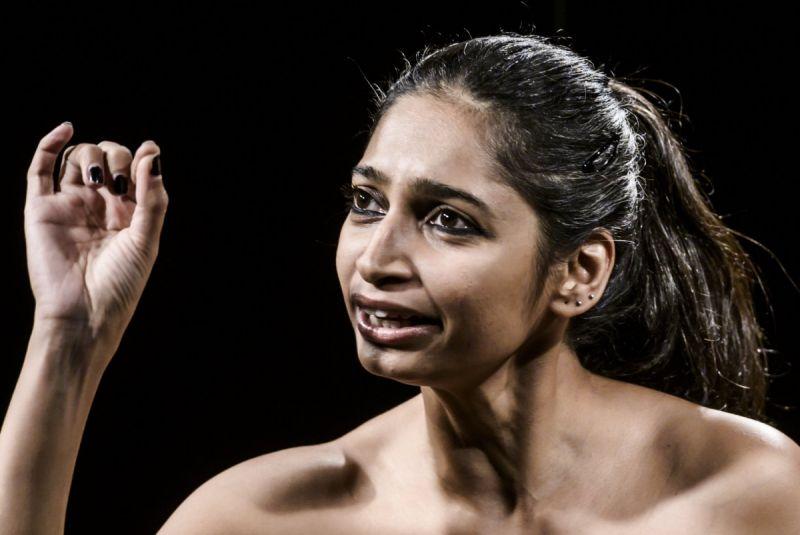 """Scena iš Mallikos Tanejos monospektaklio """"Būk atsargi"""" (Indija). Dmitrijaus Matvejevo nuotrauka"""