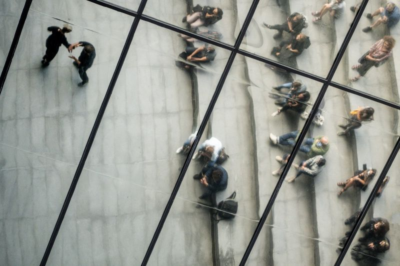 """Akimirka iš šokio spektaklio """"Atstumo mechanika""""; kūrėjai: Jenna Jalonen, Máté'as Mészáros, Zsófia Tamara (Vengrija). Dmitrijaus Matvejevo nuotrauka"""