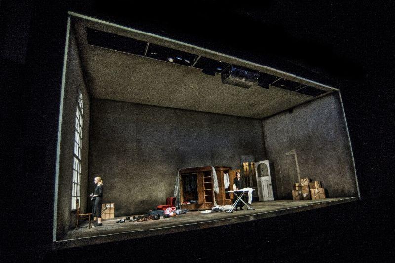"""Išniręs Bernhardo laikas. Scena iš spektaklio """"Didvyrių aikštė"""". Dmitrijaus Matvejevo nuotrauka"""